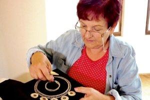 Mária Porubčanská sa vsúčasnosti venuje výrobe šperkov zdrôtu, polodrahokamov aperál.
