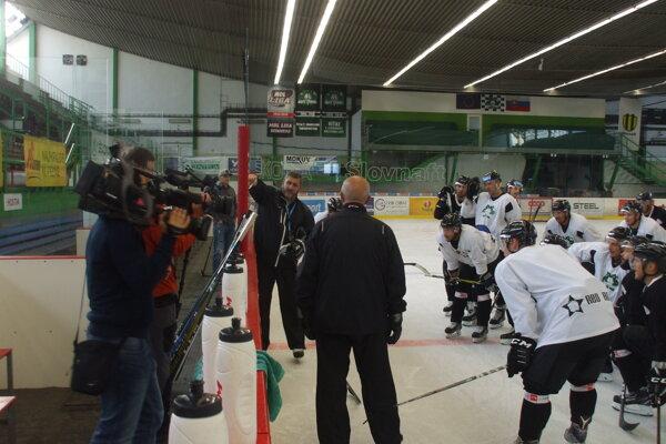 Tréner Štefan Mikeš rozdáva rady svojim zverencom