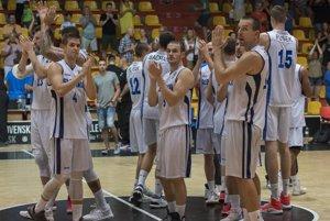 Radosť slovenských basketbalistov po výhre nad Švédskom.