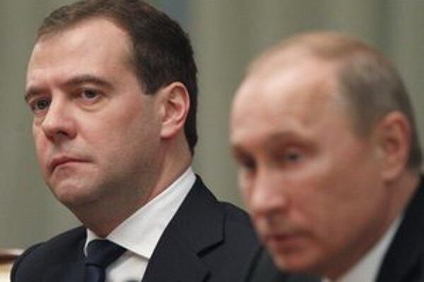Ruský premiér Dmitrij Medvedev a prezident Vladimír Putin.