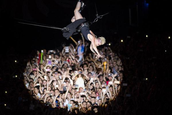 Ku koncu vystúpenia sa Pink nechala zavesiť do vzduchu.