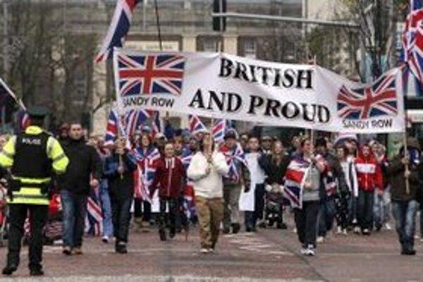 Lojalisti v uliciach Belfastu vytvorili blokády.