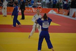 Alexandra Halajová (v bielom) v zápase.