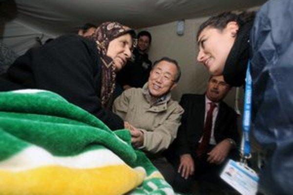 Generálny tajomník OSN Pan Ki-mun počas návštevy sýrskeho kempu v Turecku.