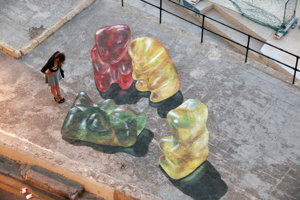 Sú možno sladké, ale kto by skutočne chcel stretnúť takéto obrovské gumové medvedíky, aké Leon Keer vytvoril na festivale na Malte?