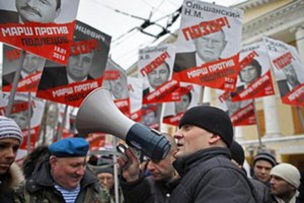 Opozičný líder Sergej Udaľcov hovorí počas protestu v Moskve.