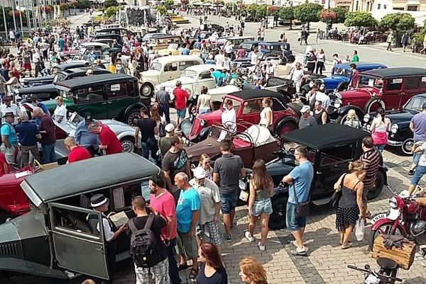 Retro návrat na kolesách pritiahol do centra Bystrice množstvo ľudí.