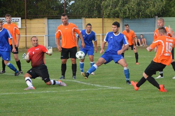 Peter Sporina práve strieľa štvrtý gól domácich.