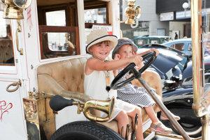 Historické vozidlá majú priaznivcov všetkých vekových kategórií.