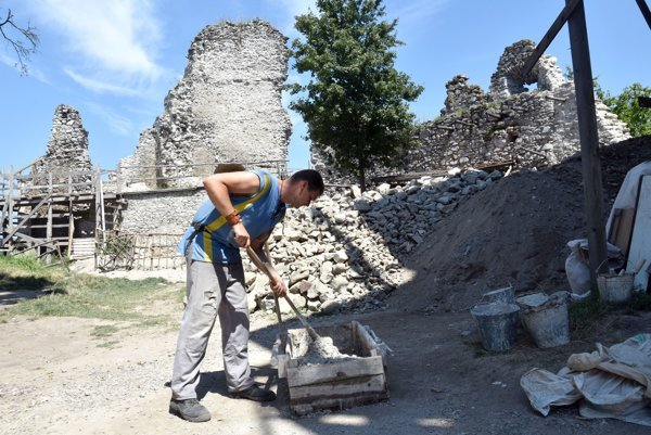 Na snímke rekonštrukčné práce na Vinianskom hrade nad obcou Vinné v okrese Michalovce.
