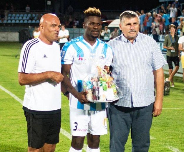 Po zápase si odniesol cenu pre najlepšieho hráča Nitry. Zľava Jaroslav Kostoláni (bývalý ligový hráč Nitry), Macdonald Niba a Štefan Štefek (viceprezident FC Nitra).