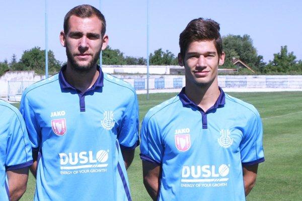 Šaľania sa tešili zvýhry vTopoľčanoch. Oba góly strelil Bosniak Stefan Trivan (vpravo), vľavo jeho krajan Stefan Savič.