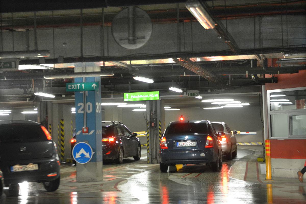 77effb2154 Parkovanie v Auparku počas pracovných dní už nebude zadarmo - Korzár SME