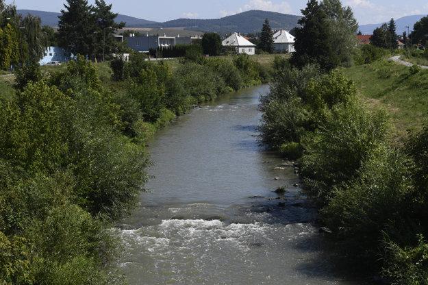 Pohľad na rieku Nitra v Partizánskom.
