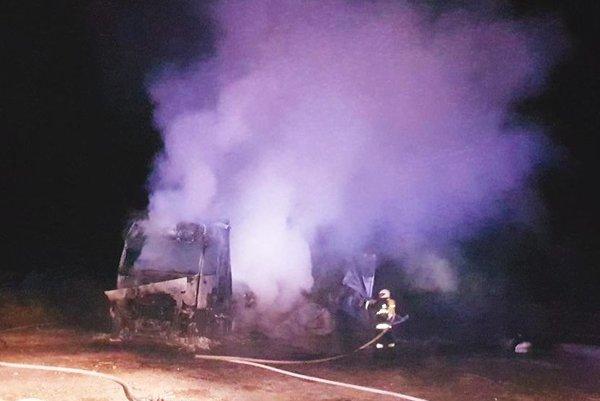 Poľský kamión zhorel do tla.