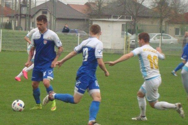 Matej Vargic vľavo pri lopte.