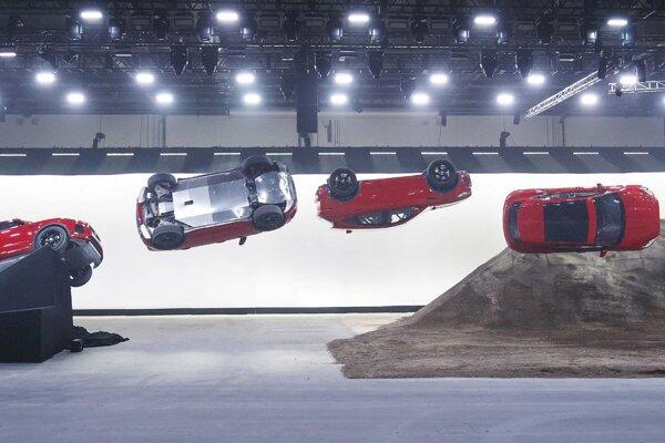 Fotosekvencia sudového výkrutu modelu E-Pace. Efektný sudový výkrut, ktorý pri predstavovaní modelu E-Pace v Londýne predviedol jazdec, kaskadér Tery Grant, sa dostal do Guinnessovej knihy rekordov.
