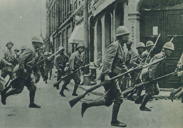 Japonská pechota pri útoku v uliciach Šanghaja.