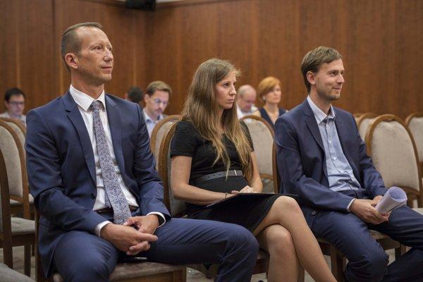 Kandidáti na člena Rady Úradu pre verejné obstarávanie Marek Vladár, Nina Nerušilová a Juraj Tkáč.