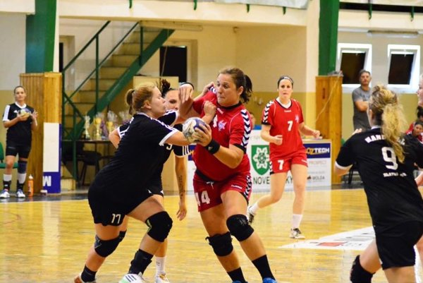 Katarína Dubajová (s loptou) je hrajúcou trénerkou Serede, ktorá účinkuje v najnižšej súťaži - II. lige žien.