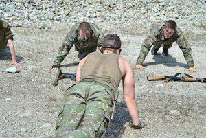 Slovenskí branci často v lesoch trénujú vojenskú taktiku a postupy pri bojoch.