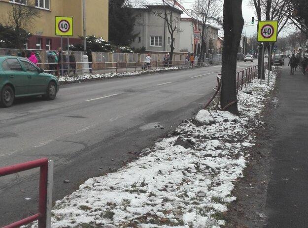 Takto vyzerala ulica po nehode. Zábradie je už opravené.