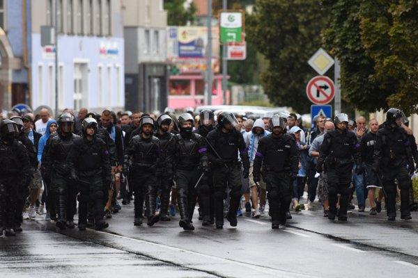 V uliciach Trnavy boli desiatky policajtov.