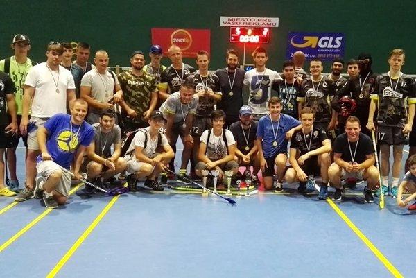 Spoločná fotografia zúčastnených tímov po skončení turnaja.
