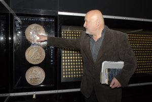 Košický zlatý poklad. Riaditeľ múzea Robert Pollák poklad z času na čas osobne skontroluje.