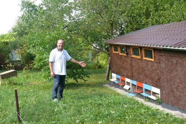 Včelár Ján Tabaček rieši problémy smedveďom už po druhýkrát.