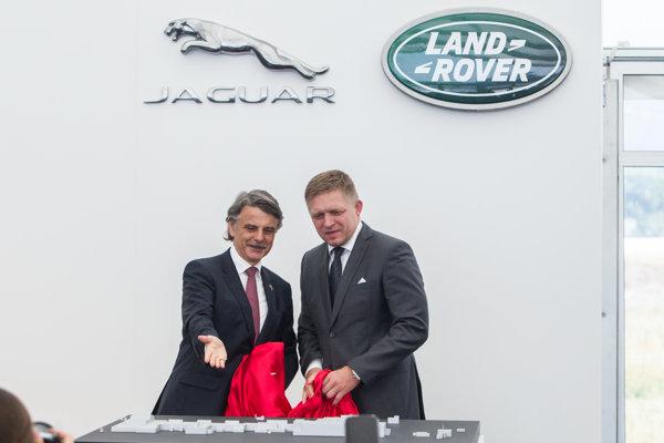 Šéf Jaguar Land Rover Ralph Speth ukazuje závod premiérovi Robertovi Ficovi