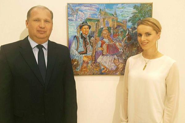 Vlasta Mudríková vRusku spoločne sveľvyslancom Petrom Priputenom aobrazom už zosnulého ruského umelca, na ktorom je práve heligonkárka.