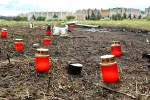 Miesto tragédie pripomína ohorená tráva a sviečky.