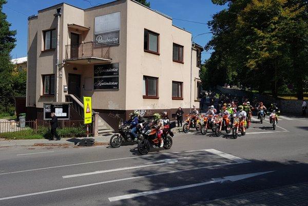 Smútočný motokrosový sprievod s viac ako tristo motorkármi smeroval z Martina do Žabokriek.