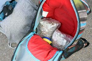 V ruksaku mal dva balíčky marihuany.