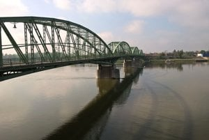 Policajná hliadka zachránila muža pred skokom z mosta (ilustračná snímka)