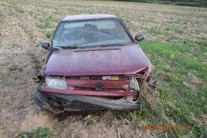 S vozidlom zišiel do priekopy a následne na orné pole, kde ostal stáť.