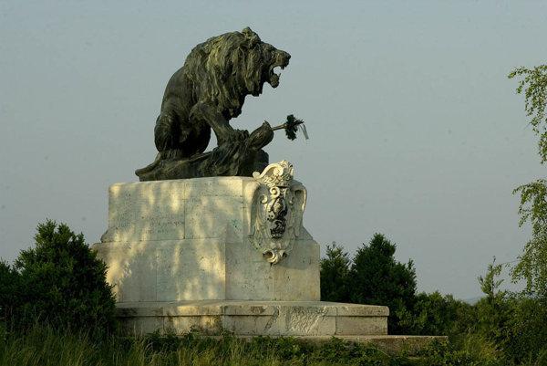Bitku pri Vozokanoch dodnes pripomína veľký  pamätník.