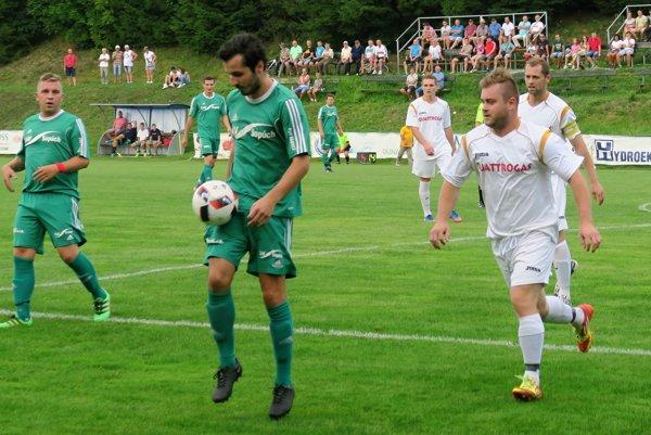 Súboj dvoch oravských tímov v Oravskej Porube zvládli lepšie hostia z Chlebníc (v bielom).