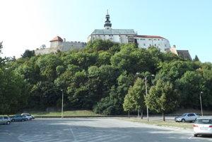 Minilanovka prípadne výťah by viedli cez lesopark pod hradom. Dolu sa nachádza neplatené parkovisko.