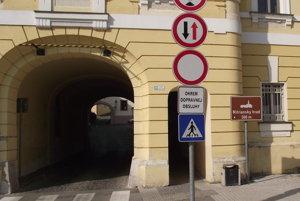 Vjazd do Horného mesta má povolený len dopravná obsluha, vodiči to nerešpektujú.