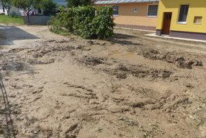 Množstvo blata je hlavne vo dvoroch domov.