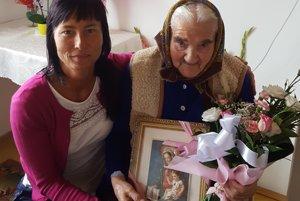 Štefánia Gschillová oslávila 101. narodeniny. Poblahoželať prišla aj starostka obce Renáta Majchráková.