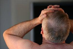 Clusterova bolesť hlavy sa prejavuje ako záchvat bolesti na jednej strany hlavy, zvyčajne v okolí očí. Ich bolesť je závažná, často opísaná ako ostrí, pálivý a bodavý pocit. Ľudia na bolesť reagujú aj narážaním hlavy o stenu.