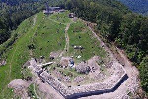 Pohľad na severnú líniu opevnenia Dolného hradu pred dokončením jej koruny.