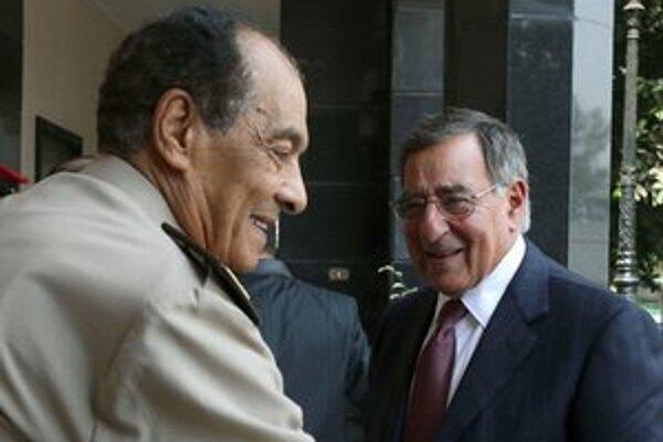 Vtedy egyptský minister obrany Husajn Tantáwí (vľavo) víta vtedajšieho amerického rezortného partnera Leona Panettu počas ich stretnutia v Káhire v roku 2015.