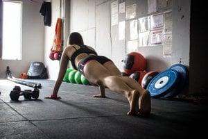 Kto cvičí sám, mal by si pozície skontrolovať pomocou zrkadla.