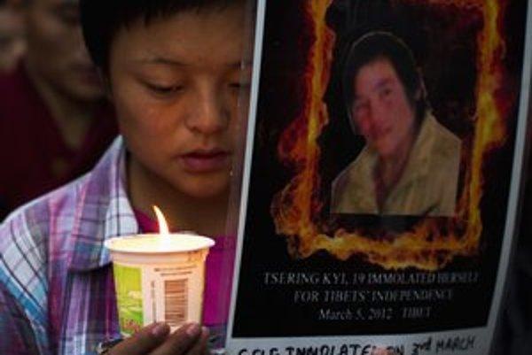 Obete odporu voči čínskej politike si pravidelne pripomínajú Tibeťania v indickom exile.