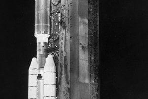 Raketa Titan III-Centaur je pripravená na štart v Kennedyho vesmírnom centre na Floride 20. augusta 1977.