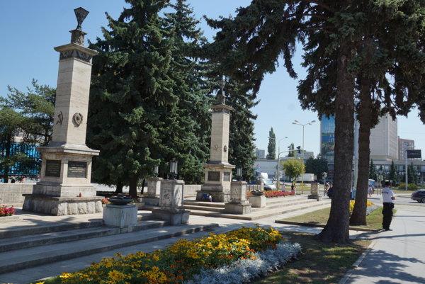 Ostro sledovaný pamätník. Na pamätníku sa majú vyskytovať symboly aj po rekonštrukcii, čiastkové zásahy pamiatkari mestu neodporúčajú.